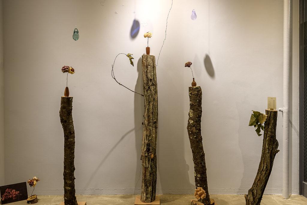事務所移転を期に、小さなギャラリースペースを併設しました。オープニング企画として、ガラス作家 前田一郎さん、木工作家 コバヤシユウジさん、グラフィックデザイナー 相澤徳行さん3人による作品展を企画。森に雨が降り花が咲くイメージを、これからこの空間を育てていくイメージと重ね合わせました。