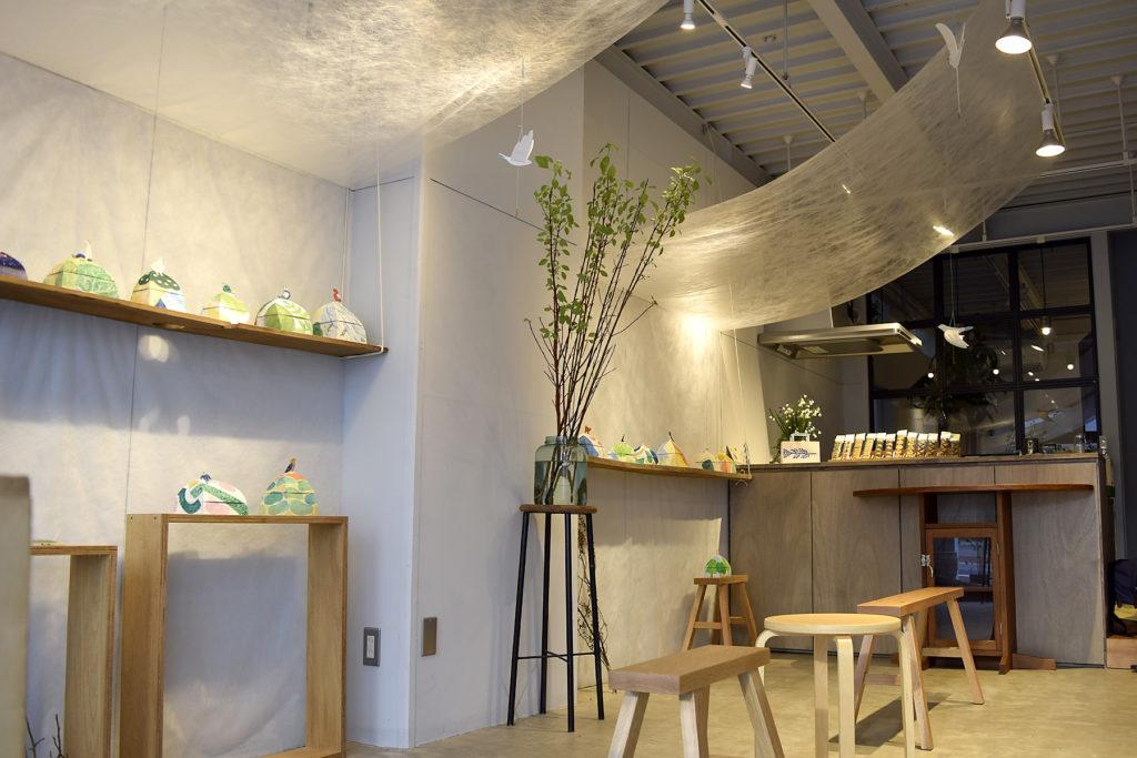 松本在住の紙箱作家akanebonbonさんと、長野市在住のイラストレーターながはりあけみさんのおふたりと、『トキメキ』をテーマに企画しました。あかねさんの物語を感じてわくわくするような紙箱と、懐かしい気分にさせてくれるながはりさんのイラストが入った文房具が空間をいっぱいに。