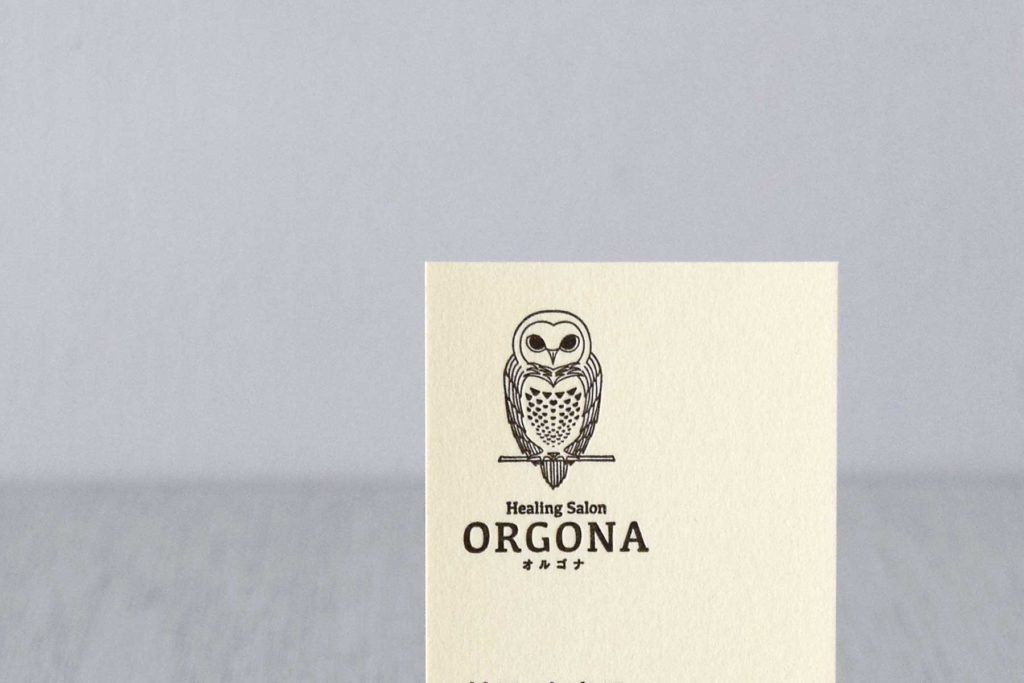 名刺には柔らかいクリーム系の紙を選び、活版印刷で仕上げています。