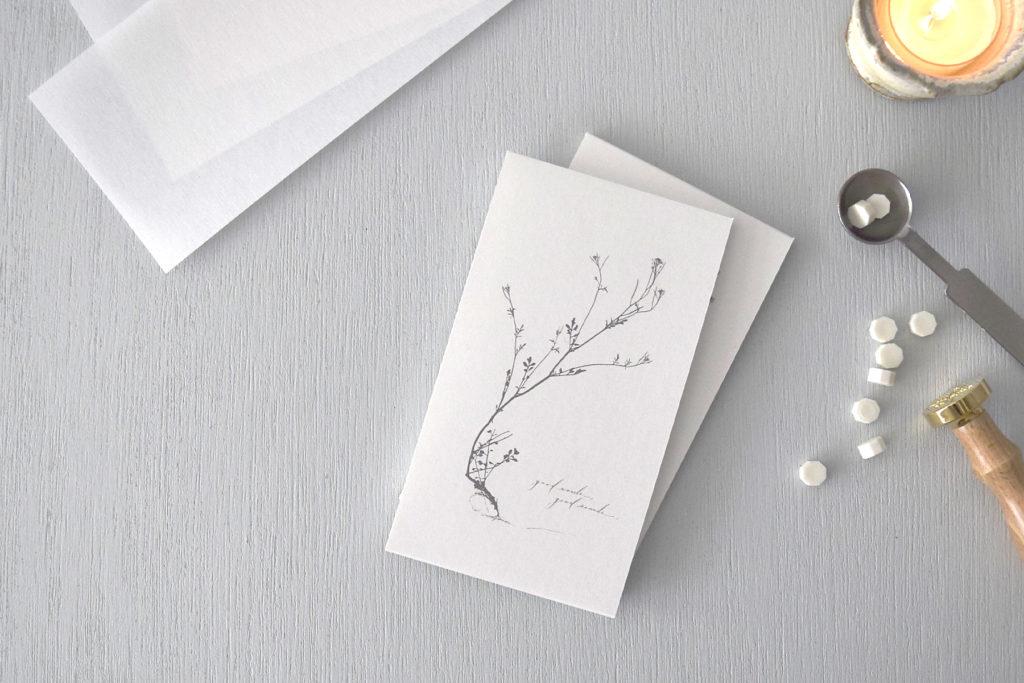 包みは一冊ずつ、シーリングスタンプにドライにした花びらを忍ばせて封をしています。花びらの色やスタンプの形が異なりますので、選択肢のひとつとしてお楽しみいただければと思います。