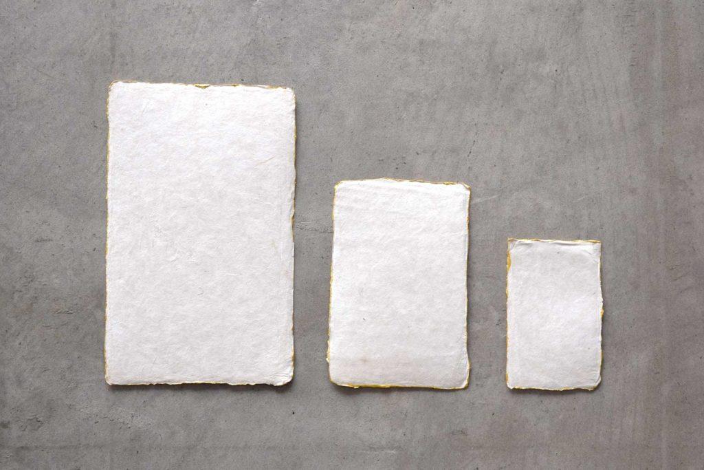 風合いのあるカードの縁に、ゴールドをあしらったメッセージカードです。白とベージュの2タイプ。